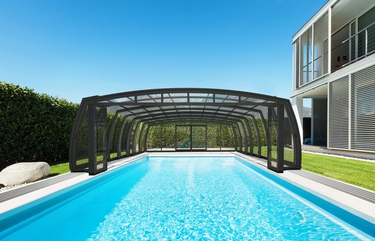 Posuvné zastřešení bazénu OMEGA zvyšuje kvalitu a teplotu vody v bazénu.