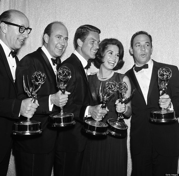 """Richard Deacon, Carl Reiner, Dick Van Dyke, Mary Tyler Moore, and Jerry Paris accepting Emmy Awards for """"The Dick Van Dyck Show"""" 1964"""