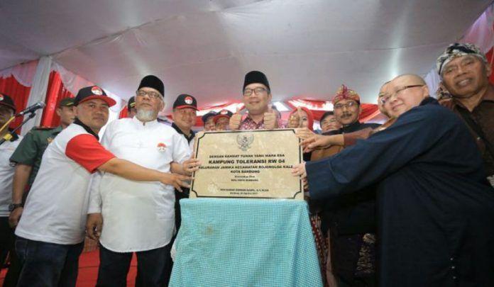 Wali Kota Bandung Ridwan Kamil menetapkan RW 04 Kelurahan Jamika, Kecamatan Bojongloa Kaler, Kota Bandung, sebagai Kampung Toleransi pada Minggu 20 Agustus 2017.