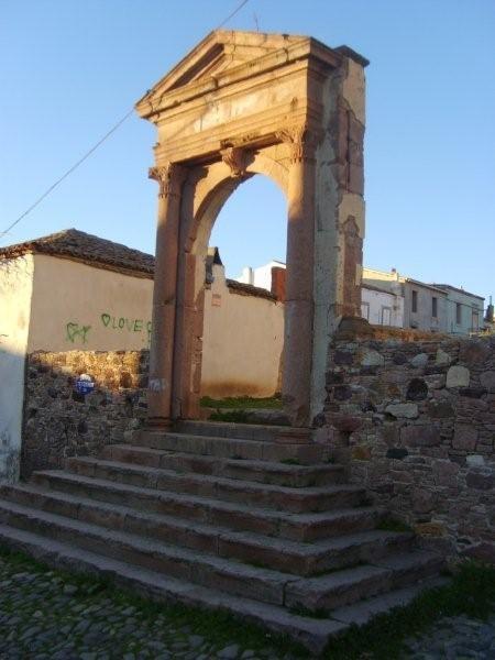 Arnavut kaldırımlarında gezmeden...  Daha fazla bilgi ve fotoğraf için; http://www.geziyorum.net/cunda-gezisi-bolum-3/