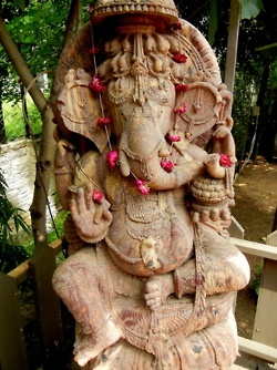 Any true Bama fan would stop to pay homage Ganesh, the elephant god, while in India.