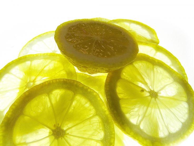 maravilla limon 1  Para limpiar El ácido cítrico del limón es un excelente limpiador por su bajo pH y sus propiedades antibacteriales. Además tiene un olor fresco y es difícil que dañe el material que quieres lavar. Cuando quieras usarlo, recuerda enjuagar con agua jabonosa y secar con una tela limpia. Con medio limón y sal puedes limpiar objetos de cobre.