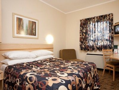The interior of a room at the one star Road Lodge Bloemfontein Airport