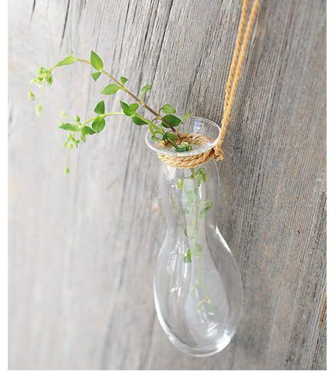 Эти подвесные вазы входят в коллекцию «Babaghuri» немецкого дизайнера Юргена Леля (Jurgen Lehl), который сейчас проживает в Токио. Стеклянные вазы крепятся на верёвках, вручную изготовленных из коры японкой липы. ===== http://www.djournal.com.ua/?p=2545