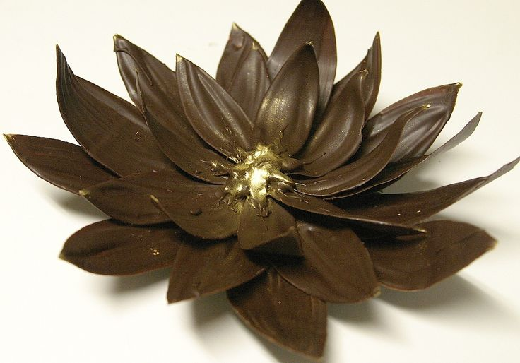 Украшения из шоколада – цветок лотоса. Видео-шаг 2