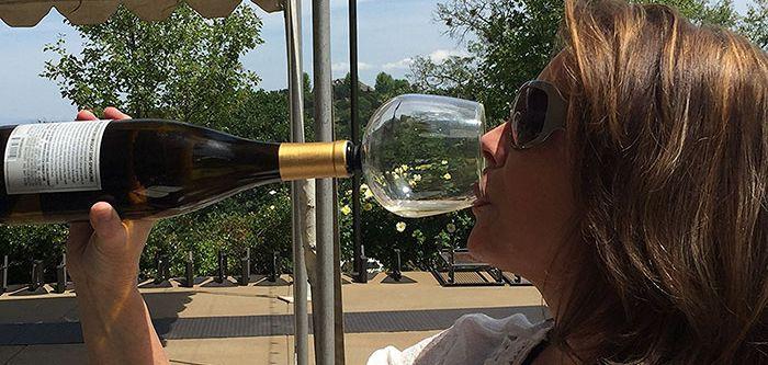 Vous êtes un gros buveur de vin, du genre très très gros buveur ? Cette invention surprenante devrait vous faire plaisir. Aux États-Unis, la startup J JO a mis au point Guzzle Buddy, un verre
