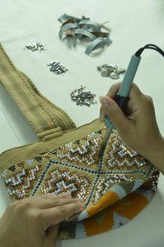 Las mochilas intervenidas con cristales de Swarovski en el Atelier de Silvia Tcherassi promoverán la cultura Wayúu por América. Todo un orgullo en la Moda Colombiana