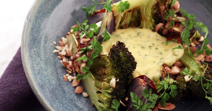 En riktigt god sås kan göra en hel middag - här lyxar Tom Sjöstedt till rostad broccoli och rödlök med en rejäl klick hemgjord bearnaisesås till.