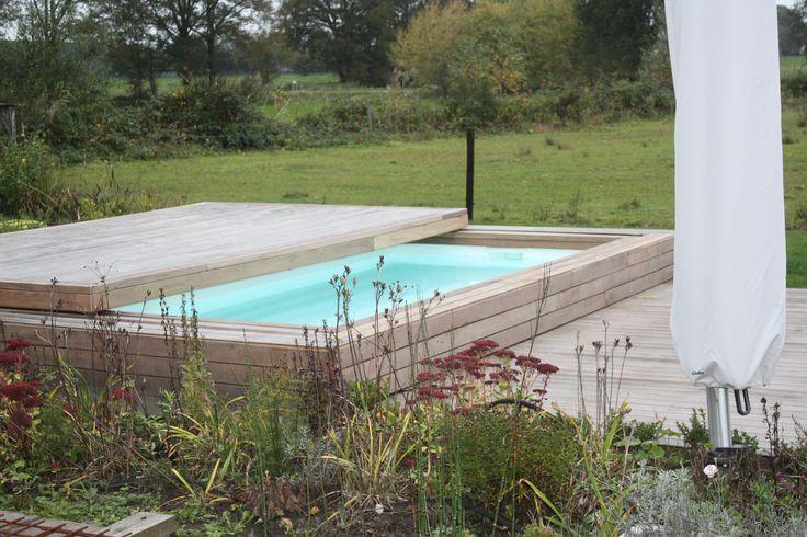 klein zwembad met verschuifbare overkapping.