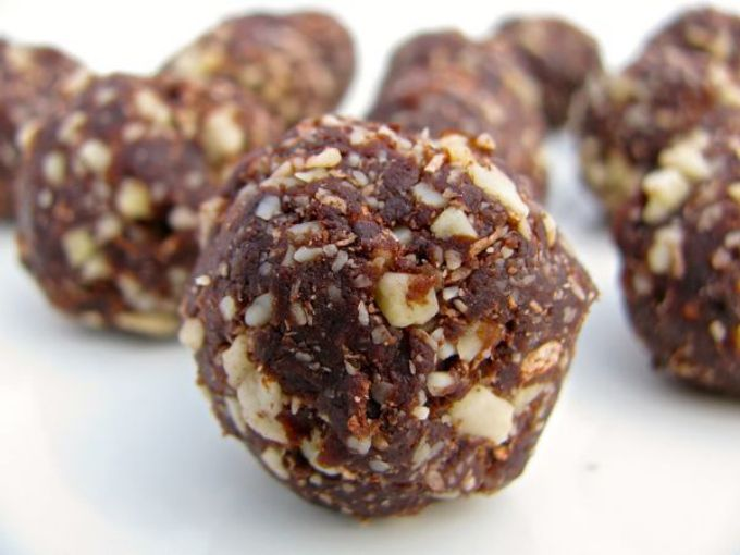 Almond coconut chocolate balls. Only almonds, coconuts, dates or raisins, and cocoa powder!
