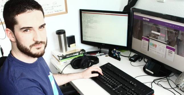 Daniel Esteban, de 28 años, trabaja con una aplicación enfocada a los anuncios de empleos. http://www.laopiniondemurcia.es/cartagena/2014/03/21/informatico-gestiona-cartagena-contratos-5000/545355.html