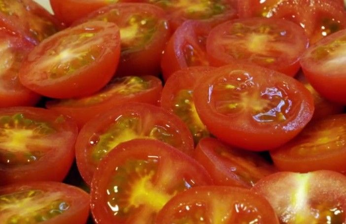 Tomatoes. Cut your tomatoes in a smart way. Salade, healthy food.