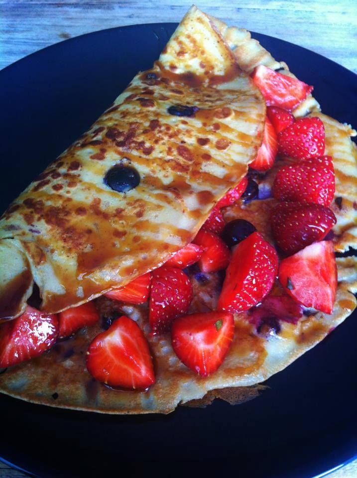 Voilà: een overheerlijke bosbessen pannenkoek! 1/2 kopje Quinoa meel + 1/2 kopje water + 1 ei + 1 handje bosbessen + 1 lepel honing = een overheerlijke bosbessen pannenkoek. Super lekker met verse aardbeien!