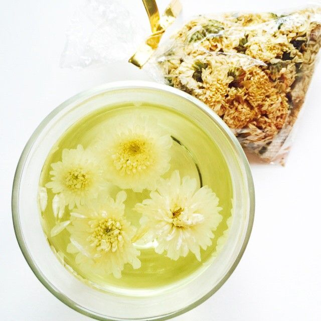 10 health benefits of Chrysanthemum tea: 1 Contains Vitamin C  2 Free from caffiene and its side effects like anxiety & irritation 3 Natural coolant and reduces temperature 4 Hydrates the skin & aids complexion 5 Relieves sore eyes 6 Treats a sore throat 7 Helps respiratory & lung problems 8 Aids digestion of (oily) food 9 Stimulates senses & brain function 10 Calms the nerves Feeling #healthy #chrysanthemum #tea #vitaminc #caffienefree #floweringtea