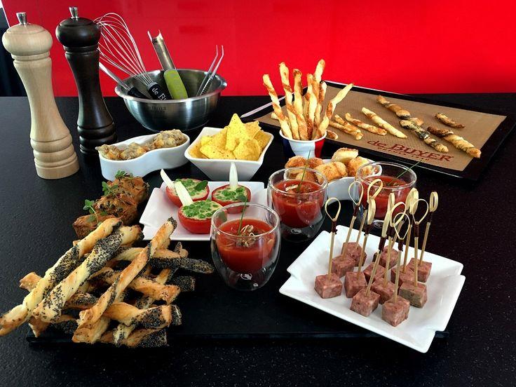 Petite idée pour vos apéros pendant les soirs de match ! Verrines de tomates, feuilletés au parmesan et au pavot, grissins, chips, ... Régalez-vous avec de Buyer ! #Food #Apero #Recipe #Idea #Color #Cookware #deBuyer