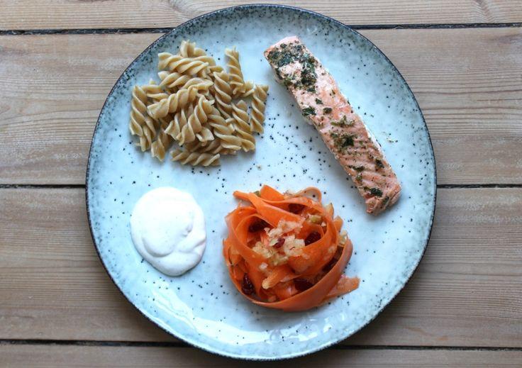 Opskrift: Nem hverdagsmad – stegt laks med råkost