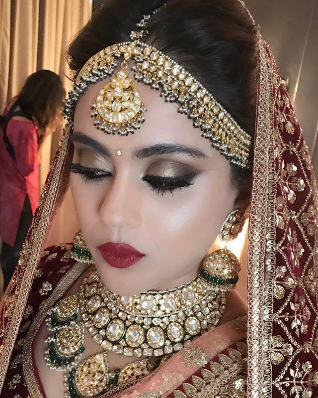 Sneha Rathod Ajmera hairnmakeup ojas Rajani #dewyfreshmakeup #lovewhatido #lovemyjob #sabyasachi #sabyasachibride #bigfatindianwedding #wedmegood#wedwise#wedwire#weddingplanners#weddingmakeup #bridalmakeup #indearweddings #vogueluxuryweddings