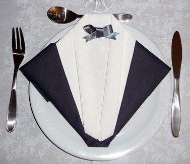 Pliage en papier réaliser un smoking ou costume du soir, pliage de serviette de table en papier en forme de smoking, decoration de table, recettes de cuisine et traditions en Europe. Information et Tourisme Européen.