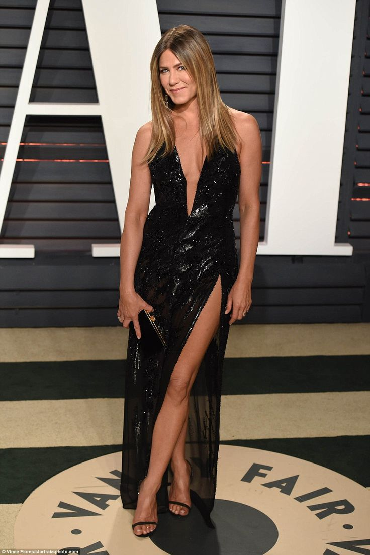 Jennifer Ainston sizzles in Atelier Versace at the 2017 Vanity Fair Oscar Party