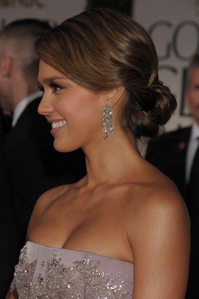 Jessica Alba con un moño bajo en los Globos de Oro. Peinados de Famosas 2012.