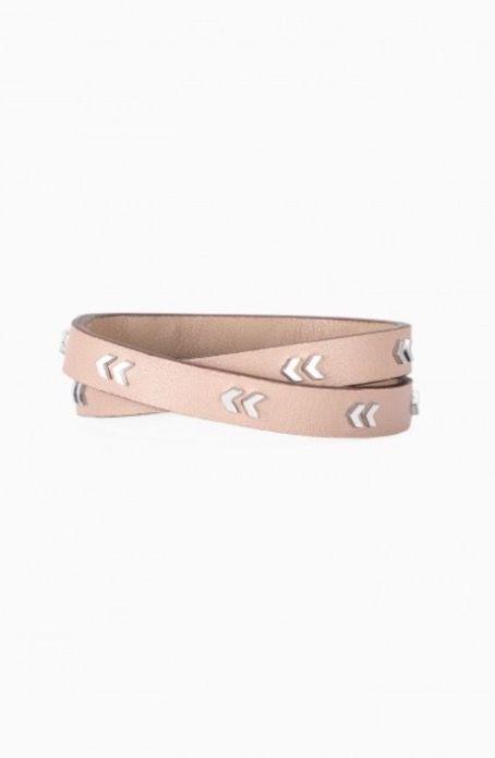 BRACELET 2 TOURS CUIR CHEVRONS Ce bracelet 2 tours en cuir véritable arbore des motifs chevrons brillants et se referme à l'aide d'un bouton pression. Disponible avec finitions en argent brillant ou en doré brillant. Longueur de 40,5 cm. S'adapte aux poignets de petite à grande taille. Bouton pression.