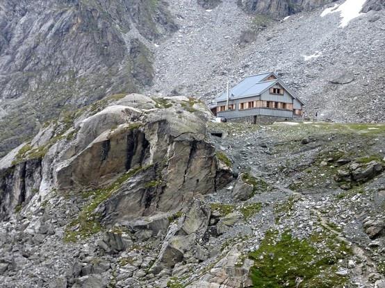 CABANE de PRAFLEURI - 2662 m La cabane de Prafleuri offre une étape entre Verbier et Arolla pendant la haute-route Chamonix Zermatt. Cette cabane servait à l'origine pour la construction du barrage de la Grande Dixence : on peut observer encore les traces de la vaste carrière d'où provenaient les matériaux. http://www.refuges-montagne.info/fr/cabane-prafleuri.php