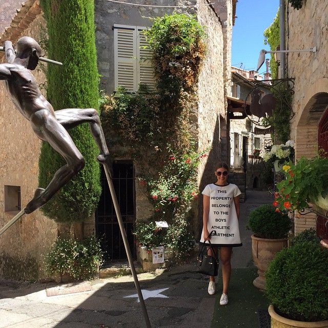 Hello Cannes ! Lunch in Mougins, the most picturesque place, before we hit the red carpet later #shoestovagoescannes