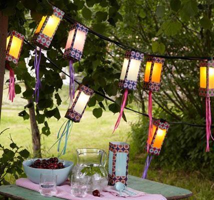 Mit vielen leeren Milchverpackungen lassen sich wunderschöne Lichterketten basteln. Buntes Papier und Bänder verwandeln die Pappschachteln in tolle Lampions...