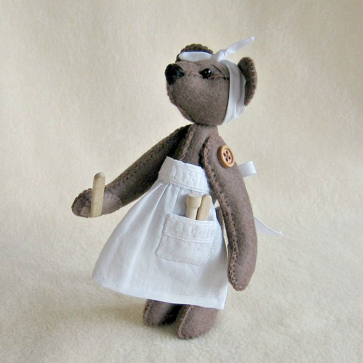 """kuchařinka Ručně šitý filcový medvídek, narostl do výšky pouhých 15 cm. Medvídek je složen z 8 samostatně šitých dílů. Všechny končetiny má pohyblivé, přišité k tělu pomocí dřevěných knoflíčků. Očka tvoří skleněné korálky. Čumáček je vyšitý. Méďa má na sobě ručně šitou zástěrku. """"Kuchyňské náčiní"""" je dřevěné. Tento medvídek už svého..."""