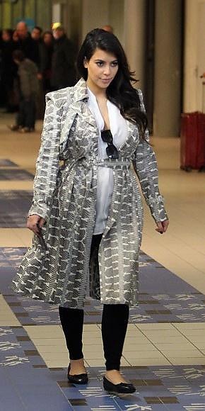 KIM KARDASHIAN      La estrella de la telerrealidad Kim Kardashian se escapó a París con su inseparable novio, Kanye West. Para viajar hasta la capital francesa, Kim escogió un atuendo cómodo, que completó con un abrigo Lanvin estampado y zapatos Balenciaga planos. ¡Muy bien, Kim, ya vas entendiendo que estás embarazada!