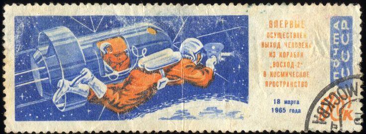 A era espacial começou com um bip-bib do Sputnik. Sergei Korolev colocou-o em órbita e à URSS na vanguarda da corrida espacial, mas a morte do engenheiro marcou o declínio do programa soviético Os portões abrem-se ao crepúsculo. O satélite e o foguetão rolam... #baikonur #corridaaoespaço #espaço