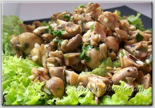 Салат из картофеля с грибами и сыром с голубой плесенью