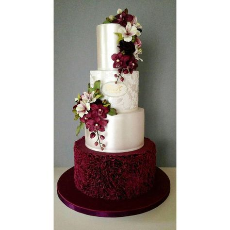 "9,256 Gostos, 41 Comentários - #No.1 Nigerian Cake Blog (@cakebakeoffng) no Instagram: ""A Touch of Burgundy ✨.. Spotted this BEAUTIFUL Wedding Cake Design Tag the Baker!!…"""