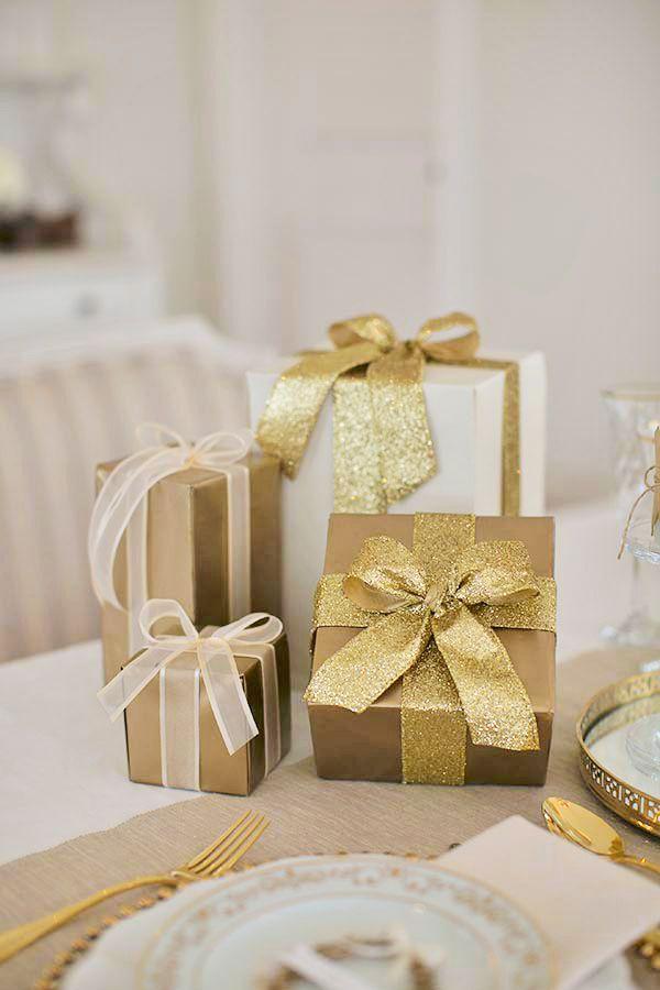 branco e dourado para a ceia de Natal Fabiana Moura cria decoração com bolas, boleiras e caixas de presentes