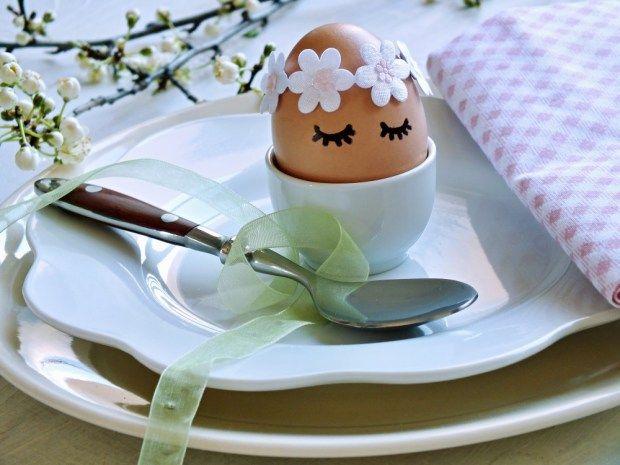 Rychlý tip na zdobení vajíček. Věnečky z dekoračního prýmku si připravte večer a ráno přidejte na vejce pouze dvě čáry permanentním fixem. Vůbec vás to nezdrží.