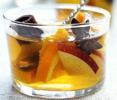 En härlig glögg med julig smak av äpple, apelsin, kanel och stjärnanis. Ett ypperligt gluten och laktosfritt alternativ till julfesten eller kvällsmyset. Servera glöggen varm tillsammans med frukt eller bröd.