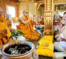 Буддистская церемония благословения в храме  Ват Хуай Яи с 9 монахами  Неповторимость свадьбы в Таиланде заключается не только в красоте окружающей природы но и в богатстве и глубине традиций этой удивительной страны. На рассвете проходит волнительная церемония в буддистском храме сопровождаемая пением и молитвами монахов. Шелковые наряды жениха и невесты ожерелья из живых цветов окропление молодоженов водой с лепестками лотоса символизирующего процветание и счастье посадка дерева любви  все…