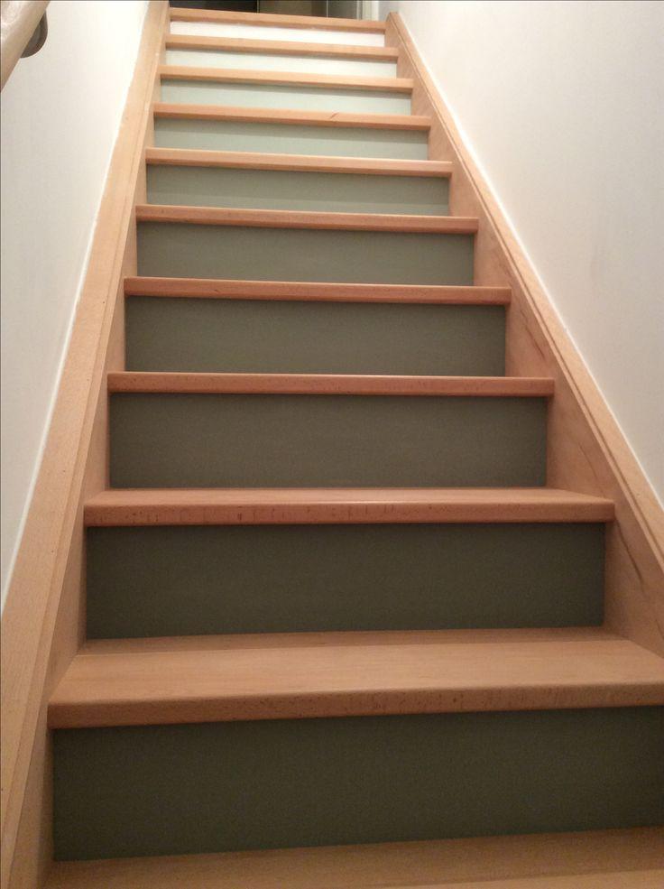 Escalier dégradé de vert de gris flamant à blanc sur les contremarches !  Prochaine étape : vernis teinté sur les marches