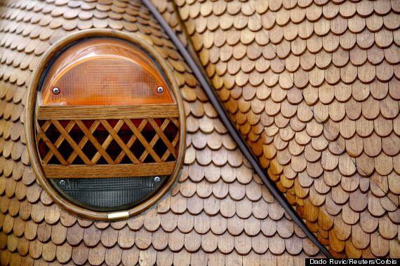 Momir Bojic, 71, equipado um costume Volkswagen Beetle com incríveis detalhes em madeira. O automóvel em pleno funcionamento é feito de 50 mil peças separadas de carvalho esculpidas à mão e levou o aposentado bósnio dois anos para construir. Quase todas as características externas do carro, incluindo as suas calotas, são feitos de madeira com tratamento especial.