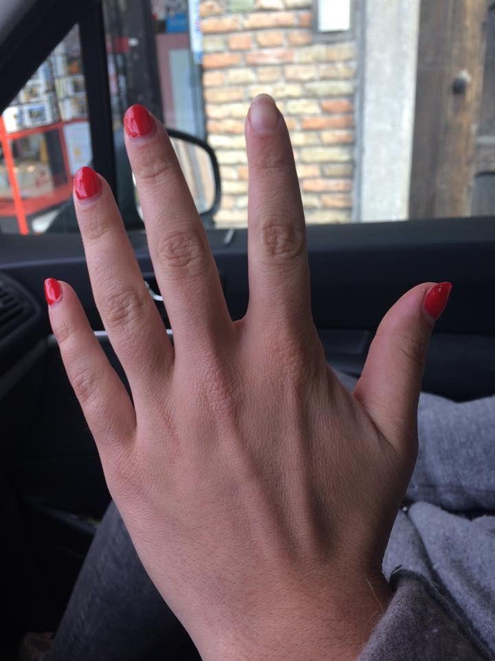 Deze nagels hebben prachtige rode nagellak, maar wat met de wijsvinger?