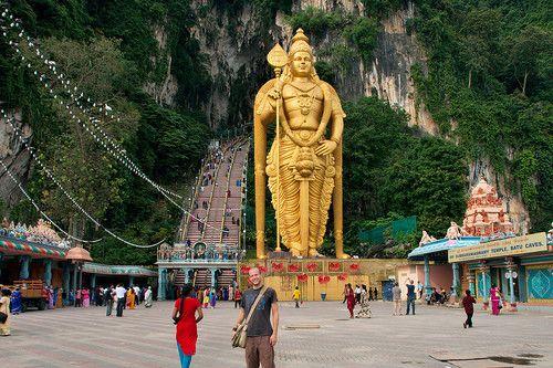 日本からほど近い多くの言語、宗教が混ざり合った魅惑の国、マレーシア。その首都クアラルンプールからほんのわずか1時間のところに、マレーシアに住むヒンドゥー教徒の聖地、「バトゥ洞窟」はあります。 毎年1月下旬から2月上旬にかけて、ヒンドゥー教最大の祭「タイプーサム」が洞窟内で行われる程のその洞窟の魅力に迫ります。