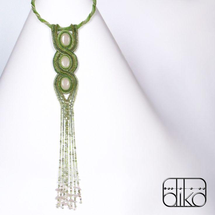 ŠÍPKOVÁ RŮŽENKA - nápadný, atypický, autorský šperk zhotovený technikou korálkové výšivky - beadembroidery. Je zvláštní netradičně dlouhým přívěskem, který vyvolává tak trochu dojem kravaty. Náhrdelník tvoří přívěsek zavěšený na dutince, která je vyztužena tenkým paměťovým drátem. Přívěsek lze z dutinky snadno ...