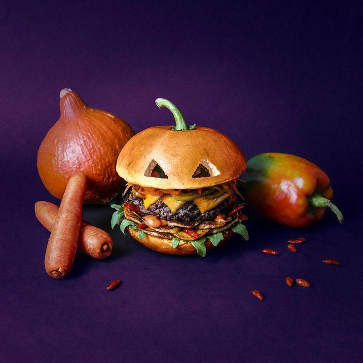The Pumpkin Brrrrrger. Carottes tronçonnées. Poivrons scalpés. Cheddar grillé. Steak de bœuf calciné. Patates douces dépecées. Sauce potima...