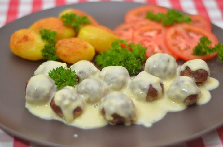Мясные шарики из говяжьего фарша под сливочным соусом | Этот простой рецепт вкусных и сочных мясных шариков один из наших любимых и постоянных рецептов. Готовить предельно просто.
