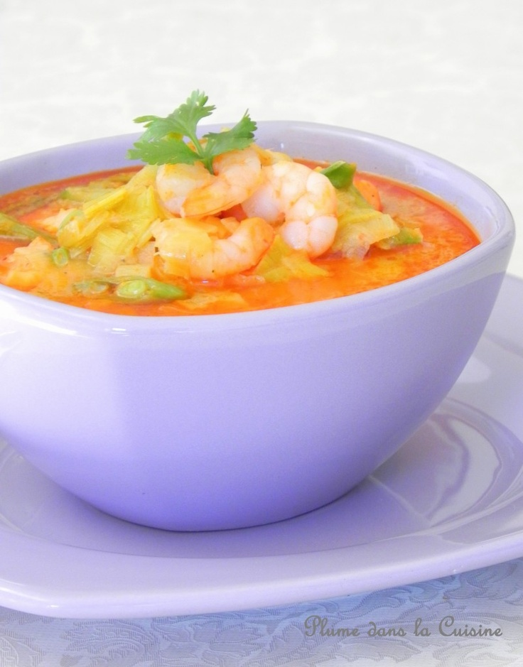 Soupe épicée lait de coco et crevettes: Pour 2-3 personnes  – 500 g de grosses crevettes non décortiquées – 1 blanc de poireau (7 cm) – 1 cube de bouillon de poulet – 300 ml de lait de coco – 150 ml d'eau – 1 cuillère à soupe de pâte de curry rouge – 1 citron bio (zeste + jus) – 100 g de pois mange-tout – poivre