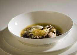 Dotterraviolo mit pochierter Brust vom Kapaun und Sommertrüffel, Cremespinat
