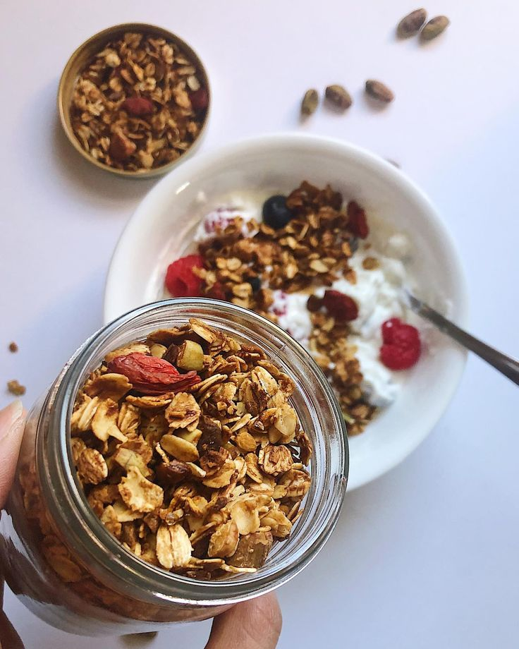 Homemade granola is seriously so easy & it makes your entiree house smell warm & toasty 🤤 the perfect start-of-fall activity hehe 😉 ⁣ •⁣ I...
