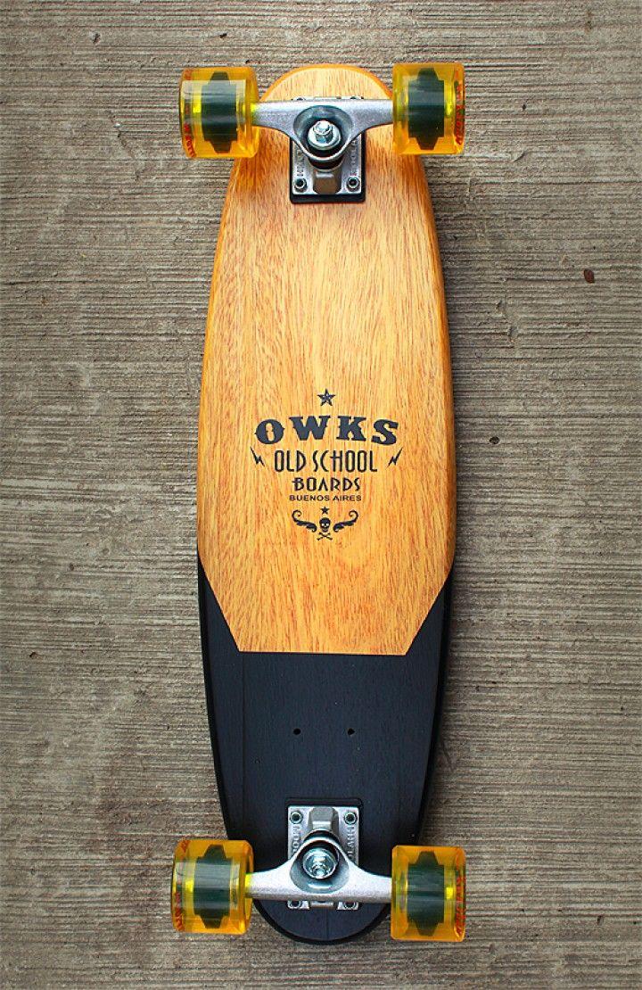 Patineta de la vieja escuela inspirado en los años 50s y 60s donde las tablas eran fabricadas de una pieza maciza de roble. Es una patineta ideal para pasear, muy maniobrable debido a su tamaño, el cual lo podés llevar a cualquier lado ya que ocupa muy poco lugar. El deck está fabricado 100% a mano!! Les dejo la info técnica:  . Deck de roble macizo . Largo = 70 cm . Ancho = 18 cm . Espesor = 2,5 cm . Trucks = 125 mm . Ruedas = 65/55/78A