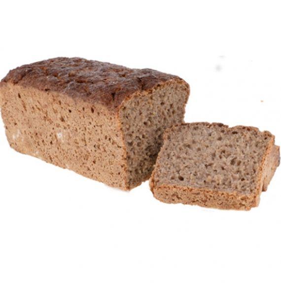 Chleb żytni na zakwasie bez drożdży Chleb z mąki żytniej pełnoziarnistej uzyskanej z całego ziarna żyta zmielonego w naszym kamiennym młynie tuż przed przygotowaniem ciasta. Z tej mąki prowadzimy zakwas żytni w długotrwałym, wieloetapowym procesie. Fermentacja maki powoduje, że do tego chleba nie musimy używać drożdży. W jego składzie jest zmielone ziarno żyta, woda i odrobina soli morskiej.