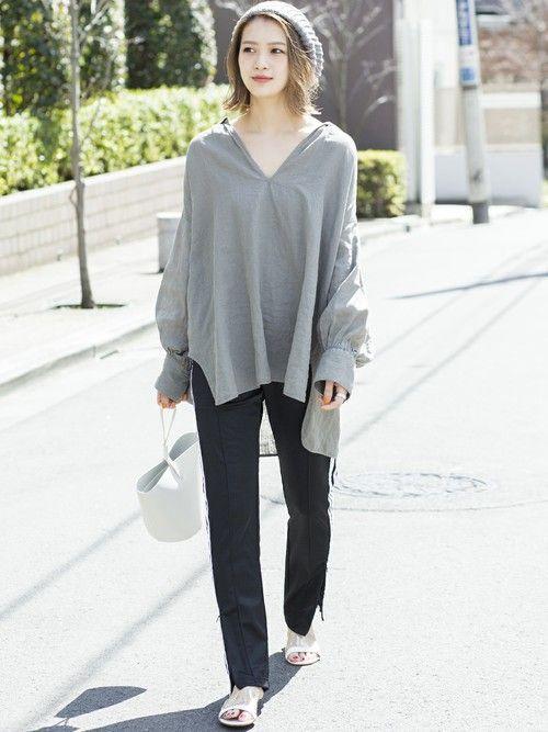 清涼感あるリネンシャツをラインパンツや白の小物とあわせて、都会的な着こなしに。 襟元をぐっと抜いて、女性らしさをプラス。
